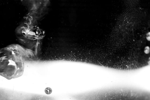 kropla wody na czarno - białym tle