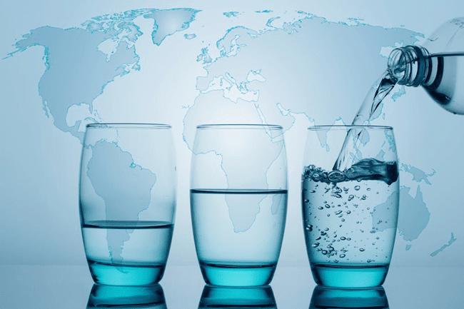trzy szklanki wody na tle mapy świata