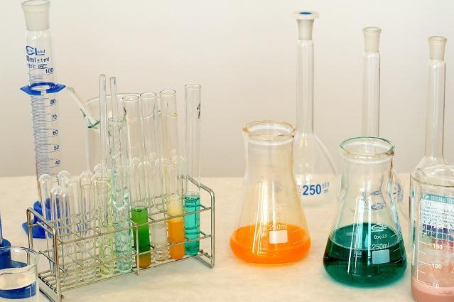karta z równaniem chemicznym